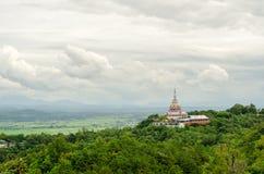Tha Ton Temple fijó en medio de la montaña verde en Tailandia Fotos de archivo