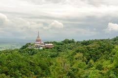 Tha Ton Temple fijó en medio de la montaña verde en Tailandia Imagenes de archivo