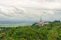 Tha Ton Temple fijó en medio de la montaña verde en Tailandia Foto de archivo