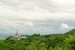 Tha Ton Temple fijó en medio de la montaña verde en Tailandia Foto de archivo libre de regalías