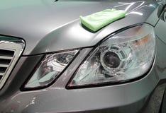 Thaauto met microfiber het schoonmaken Royalty-vrije Stock Afbeelding