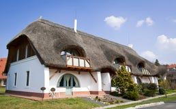 Thached Haus mit Wohnung drei Stockbilder