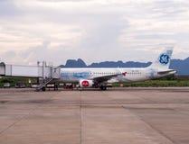 Thai AirAsia A320-216 lądował przy Krabi lotniskiem międzynarodowym z widokiem górskim zdjęcia royalty free