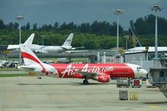 Thai AirAsia-Luchtbus 320 klaar voor duw terug bij Changi Luchthaven Royalty-vrije Stock Foto's