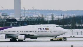 Thai Airways acepilla la mudanza en el aeropuerto de Munich, MUC almacen de video