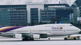 Thai Airways acepilla la mudanza en el aeropuerto de Munich, MUC metrajes