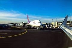 Thai Airways Airbus A380 dans l'aéroport de Francfort sur Main dans les rayons lumineux du soleil d'hiver Photos libres de droits