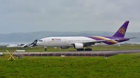 Thai Airways Boeing 777-200ER roulant au sol à l'aéroport international d'Auckland Photos libres de droits