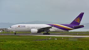 Thai Airways Boeing 777-200ER roulant au sol à l'aéroport international d'Auckland Photographie stock libre de droits