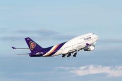 Thai Airways Boeing 747 que saca imagen de archivo