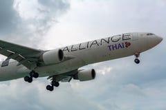 Thai Airways en un cielo tempestuoso imagen de archivo