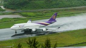 Thai Airways entfernen sich an Phuket-Flughafen auf nasser Rollbahn mit Spl Lizenzfreie Stockfotos