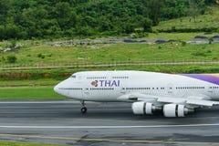 Thai Airways flygplan, boeing 747-400 som landar på den phuket airporen Fotografering för Bildbyråer