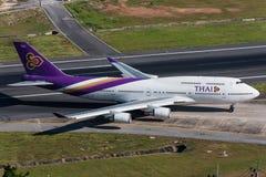 Thai Airways flygplanlandning och tömmer landningsbanan Arkivbilder