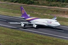 Thai Airways flygplanlandning på phuket Royaltyfri Bild
