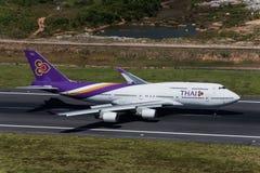 Thai Airways flygplanlandning på phuket Fotografering för Bildbyråer