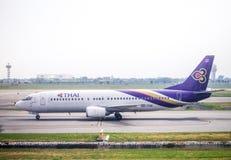 Thai Airways HS-TDG (Boeing 737) som tar av från Suvarnabhumi Ai Royaltyfri Foto