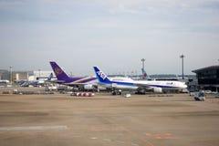 Thai Airways International и All Nippon Airways состыкованные в авиапорте Narita Авиапорт Narita Стоковое Фото