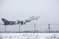 Thai Airways International Boeing 747-400 HS-TGB i den Munich flygplatsen, vinter Arkivfoton