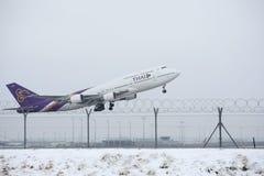 Thai Airways International Boeing 747-400 HS-TGB in München-Flughafen, Winter Stockfotos