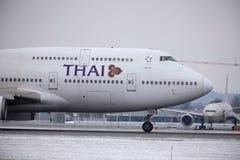 Thai Airways International Boeing 747-400 HS-TGG dans l'aéroport de Munich, hiver Images stock