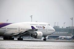 Thai Airways International Boeing 747-400 HS-TGG dans l'aéroport de Munich, hiver Photo stock