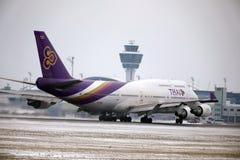 Thai Airways International Boeing 747-400 HS-TGG dans l'aéroport de Munich, hiver Photo libre de droits