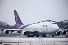 Thai Airways International Boeing 747-400 HS-TGG en el aeropuerto de Munich, invierno fotos de archivo libres de regalías