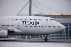 Thai Airways International Boeing 747-400 HS-TGG en el aeropuerto de Munich, invierno fotos de archivo
