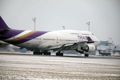 Thai Airways International Boeing 747-400 HS-TGG en el aeropuerto de Munich, invierno foto de archivo