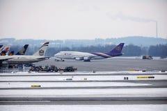 Thai Airways International Boeing 747-400 HS-TGG i den Munich flygplatsen, vinter Arkivfoton