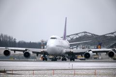 Thai Airways International Boeing 747-400 HS-TGG i den Munich flygplatsen, vinter Arkivbilder