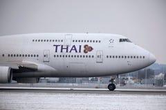 Thai Airways International Boeing 747-400 HS-TGG in München-Flughafen, Winter Lizenzfreies Stockfoto