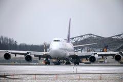 Thai Airways International Boeing 747-400 HS-TGG in München-Flughafen, Winter Stockbilder