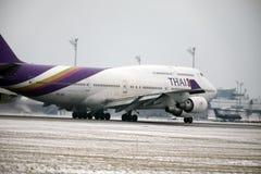 Thai Airways International Boeing 747-400 HS-TGG in München-Flughafen, Winter Stockfoto