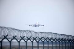 Thai Airways International Boeing 747-400 HS-TGG in München-Flughafen, Winter Stockfotos