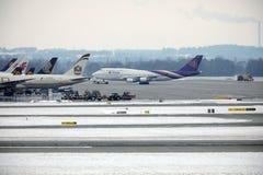 Thai Airways International Boeing 747-400 HS-TGG nell'aeroporto di Monaco di Baviera, inverno Fotografia Stock