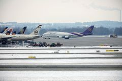 Thai Airways International Boeing 747-400 HS-TGG no aeroporto de Munich, inverno Fotografia de Stock