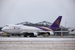 Thai Airways International Boeing 747-400 HS-TGG no aeroporto de Munich, inverno Fotografia de Stock Royalty Free