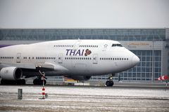 Thai Airways International Boeing 747-400 HS-TGG no aeroporto de Munich, inverno Fotos de Stock