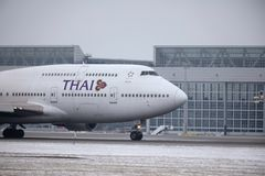 Thai Airways International Boeing 747-400 HS-TGG no aeroporto de Munich, inverno Imagens de Stock Royalty Free