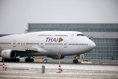 Thai Airways International Boeing 747-400 HS-TGG no aeroporto de Munich, inverno Imagem de Stock