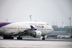 Thai Airways International Boeing 747-400 HS-TGG no aeroporto de Munich, inverno Foto de Stock