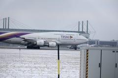Thai Airways International Boeing 747-400 HS-TGG w Monachium lotnisku, zima Zdjęcie Stock
