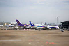 Thai Airways International en All Nippon Airways in Narita Luchthaven wordt gedokt die Narita luchthaven Stock Foto