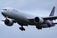 Thai Airways International samolot zdejmuje od lotniska obrazy stock