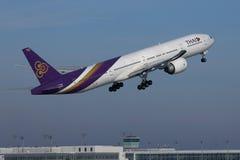 Thai Airways International samolotu latanie w w g?r? nieba zdjęcia royalty free