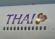 Thai Airways logo p? flygplankropp arkivbilder
