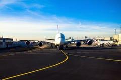 Thai Airways -Luchtbus A380 in de luchthaven van Frankfurt-am-Main in de heldere stralen van de de winterzon Royalty-vrije Stock Foto's