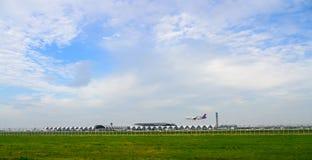 Thai Airways o avión tailandés de la sonrisa que aterriza a las pistas en el aeropuerto internacional del suvarnabhumi en Bangkok fotografía de archivo libre de regalías